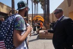 Ici à Los Angeles, Youssef et Nizar qui plaisantent avec un agent de sécurité qui était là pour un regroupement de fan de Dragon Ball Z et qui ne connaissait pas!